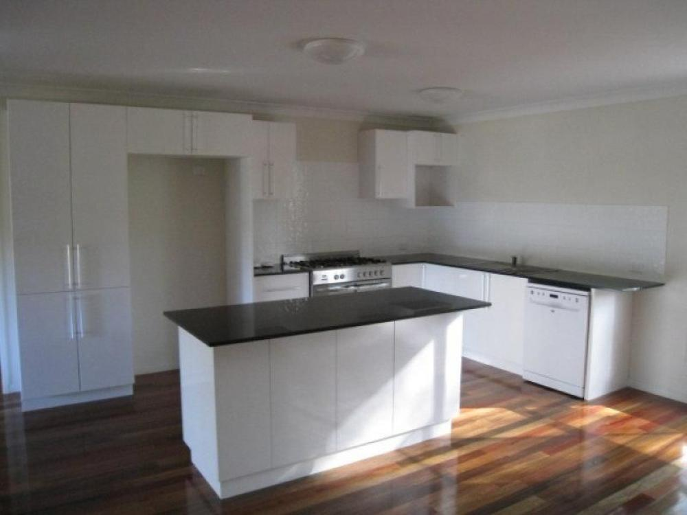 STONE KITCHEN - POLISHED FLOORS - PRESENTS AS NEW!!!